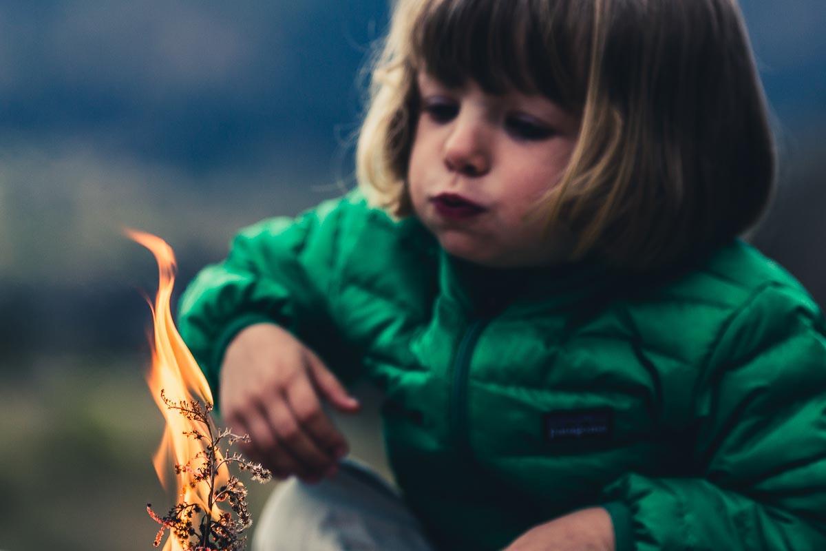 Feu de camp enfant flamme